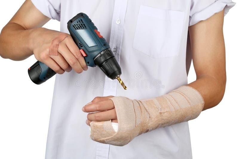 La fine su di giovane ragazzo asiatico con la vetroresina del gesso del braccio ha fuso la copertura il dito e del braccio del po fotografie stock libere da diritti