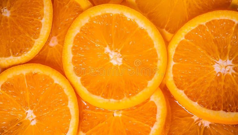 La fine su ha affettato l'arancia fresca come fondo di struttura immagine stock