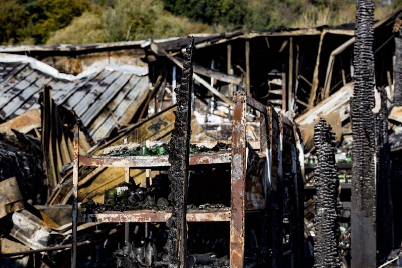 La fine su ha bruciato le rovine nocive delle bottiglie distrutte su assicurazione di ricerca di incendio doloso del supermercato fotografie stock libere da diritti