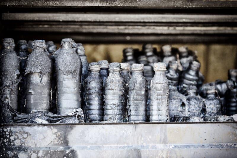 La fine su ha bruciato le rovine nocive delle bottiglie distrutte su assicurazione di ricerca di incendio doloso del supermercato immagini stock