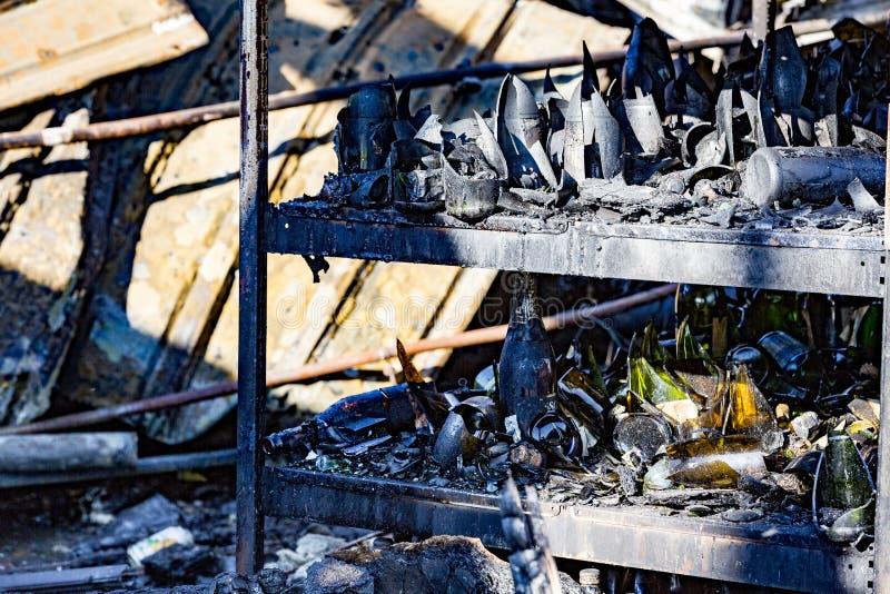 La fine su ha bruciato le rovine nocive di assicurazione distrutta di ricerca di incendio doloso del supermercato delle bottiglie fotografia stock libera da diritti
