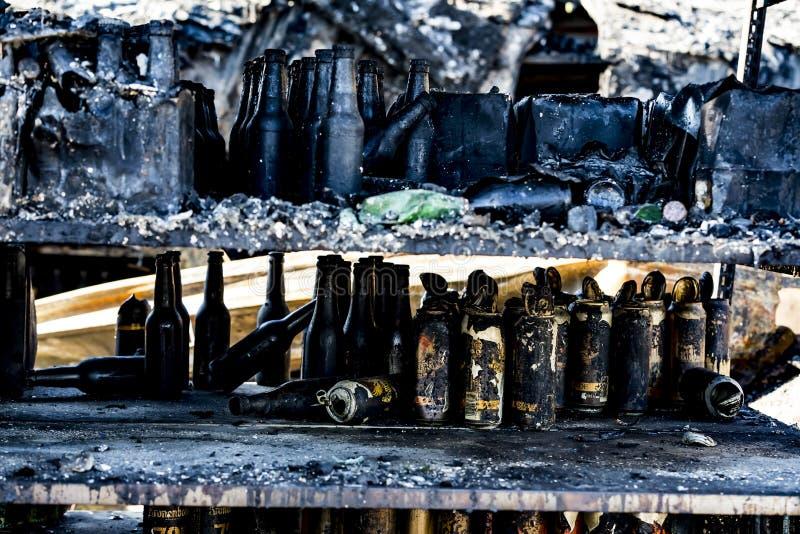 La fine su ha bruciato le rovine nocive di assicurazione distrutta di ricerca di incendio doloso del supermercato delle bottiglie fotografie stock libere da diritti