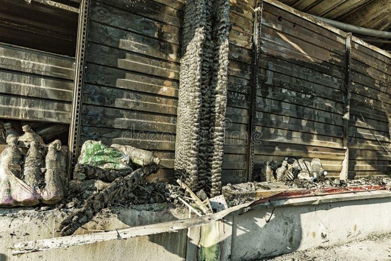 La fine su ha bruciato le rovine nocive di assicurazione distrutta di ricerca di incendio doloso del supermercato delle bottiglie immagini stock libere da diritti