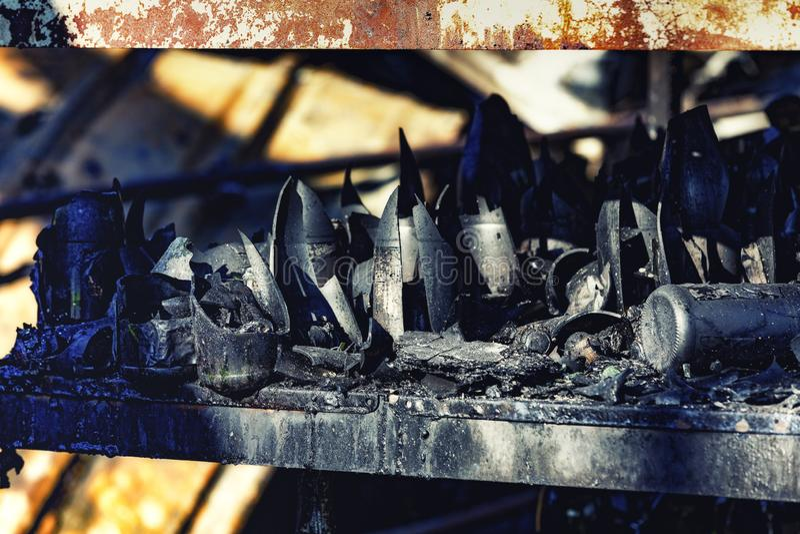 La fine su ha bruciato le rovine nocive di assicurazione distrutta di ricerca di incendio doloso del supermercato delle bottiglie fotografie stock