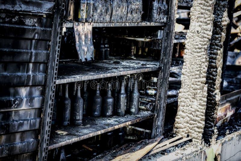 La fine su ha bruciato le rovine nocive di assicurazione distrutta di ricerca di incendio doloso del supermercato delle bottiglie fotografia stock