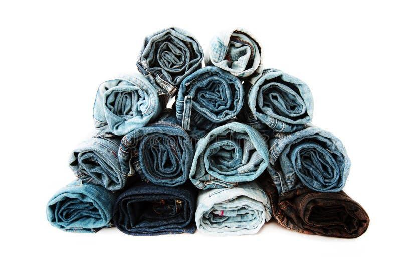 La fine su ha rotolato dei pantaloni delle blue jeans, pantaloni blu scuro del denim che mostrano la struttura fotografia stock libera da diritti