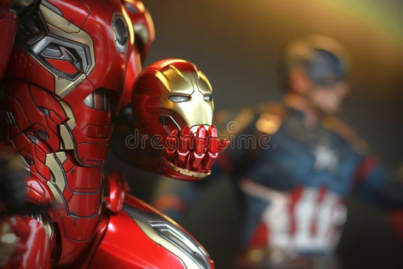 La fine su ha sparato la maschera a disposizione di Ironman nella la figura di superheros dei VENDICATORI nell'azione fotografia stock