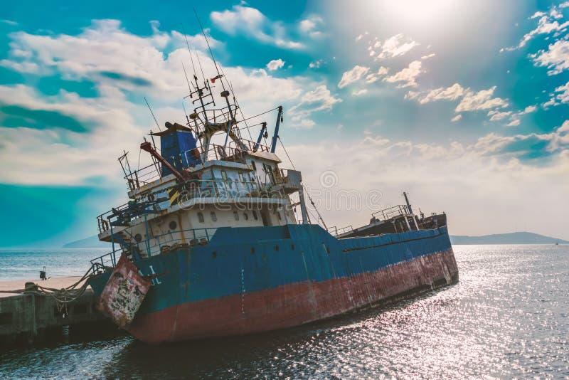 La fine su una vecchia barca del naufragio ha abbandonato il supporto sulla spiaggia o ha naufragato fuori dalla costa di fotografia stock
