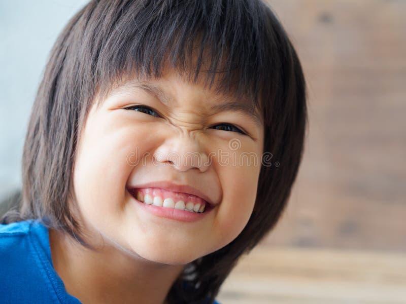 La fine sul bambino felice del ragazzo sta sorridendo godendo della vita fotografia stock libera da diritti