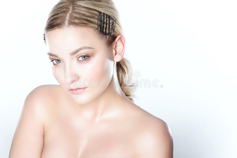 La fine sul ritratto di giovane bello modello con pelle perfetta e bagnati nudi compongono fotografia stock libera da diritti