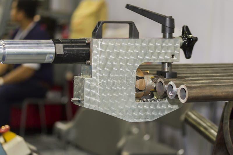 La fine sull'attrezzatura di smussatura del tubo per il bordo della saldatura prepara fotografie stock