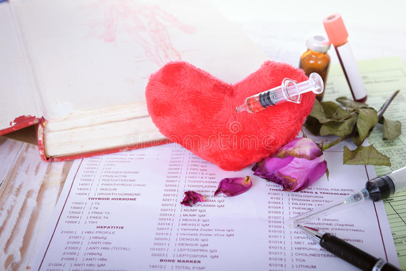 La fine sull'iniezione syring del cuore con la rosa appassisce (concetto per da amore) fotografia stock libera da diritti