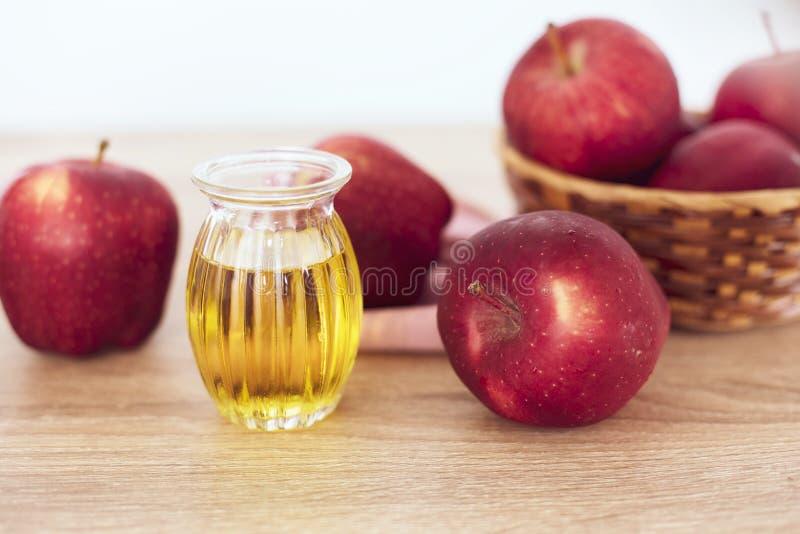 La fine sulla frutta di Apple e sul succo rossi dell'all'aceto di sidro della mela, aiuti perde il peso e riduce il grasso della  immagini stock libere da diritti
