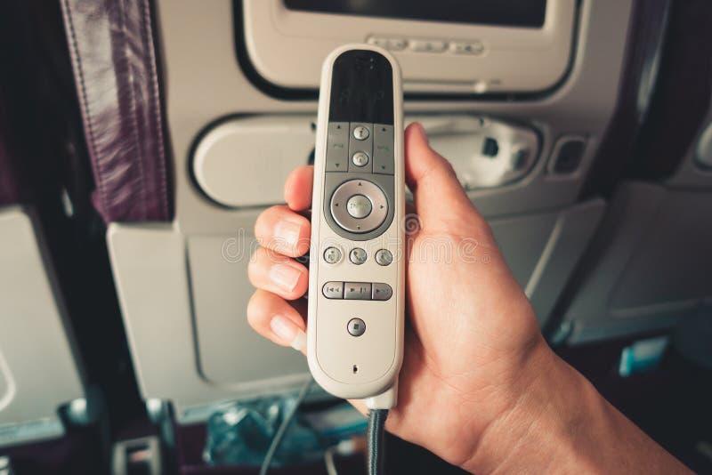 La fine sulla mano maschio sta tenendo il telecomando del monit LCD dello schermo immagini stock libere da diritti