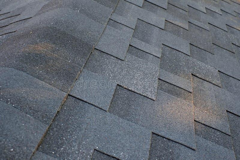 La fine sulla vista superiore sul tetto d'angolo fatto è assicelle del tetto di asfalto immagini stock libere da diritti