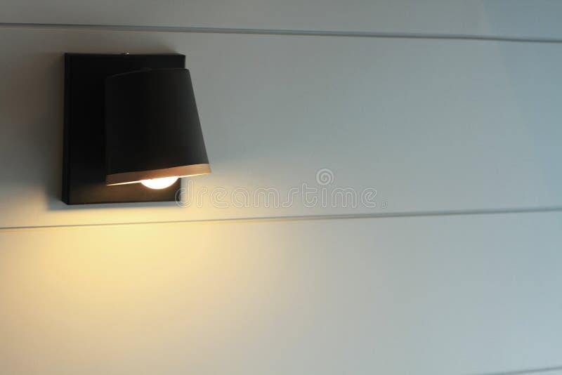 La fine sulle lampade di lettura decora la testata nella camera da letto fotografia stock