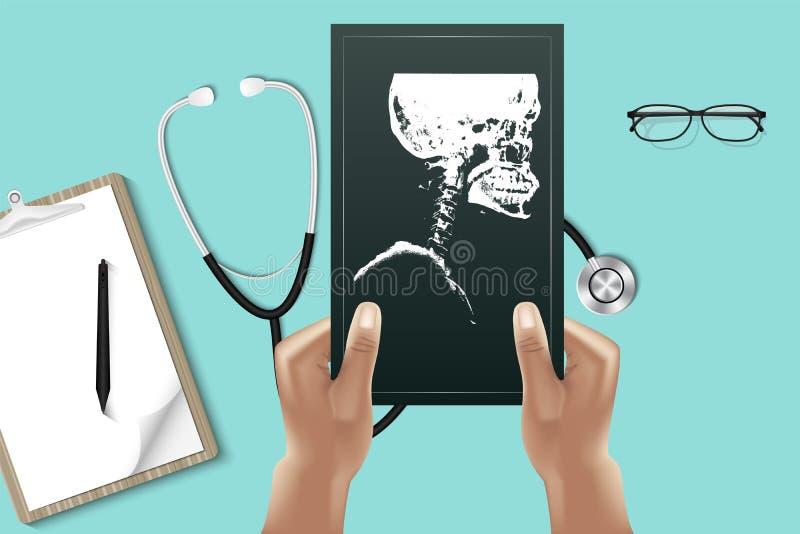 La fine sulle mani di medico sta tenendo la lastra radioscopica per l'esame da patien illustrazione di stock