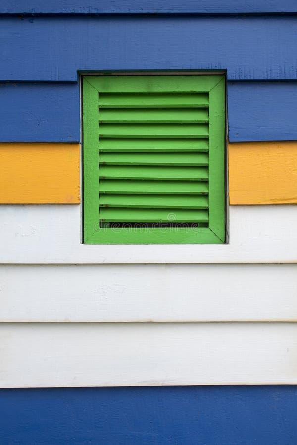 La finestra d'annata è fatta di legno variopinto come i precedenti immagini stock