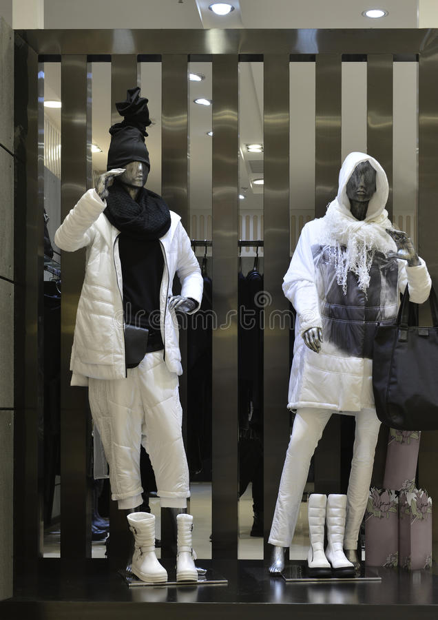 La finestra del negozio dell'abbigliamento di modo dell'uomo con i manichini in giù ricopre, decorazione di natale, la finestra d fotografia stock libera da diritti