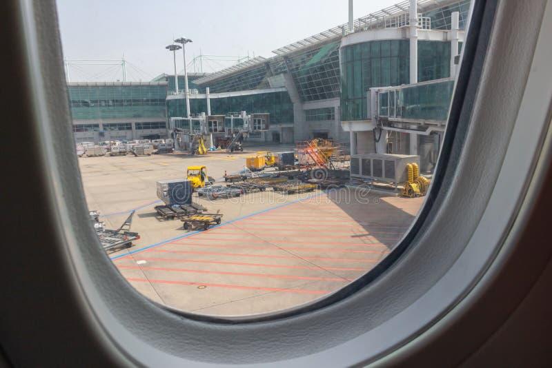 La finestra dell'aereo prima del decollo immagini stock libere da diritti