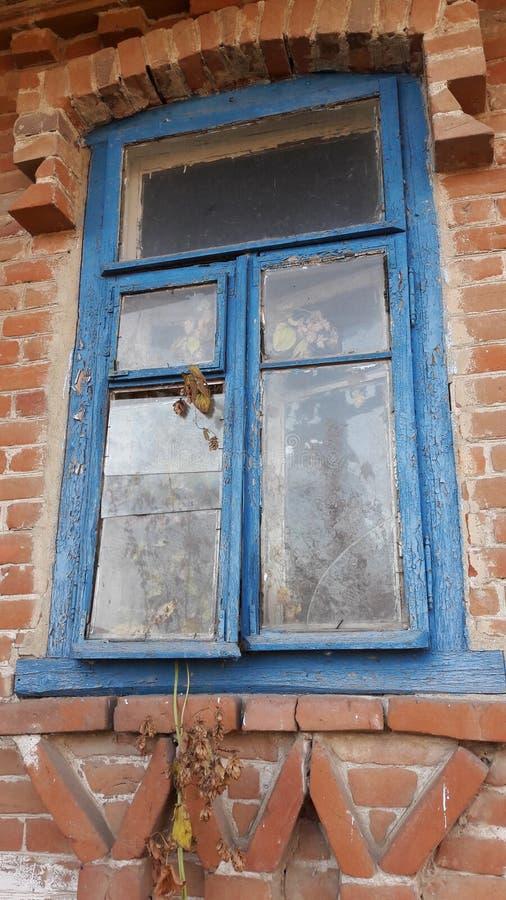 La finestra di vetro fracassata con la vecchia struttura di legno sulla parete di lerciume ha danneggiato la casa immagini stock libere da diritti