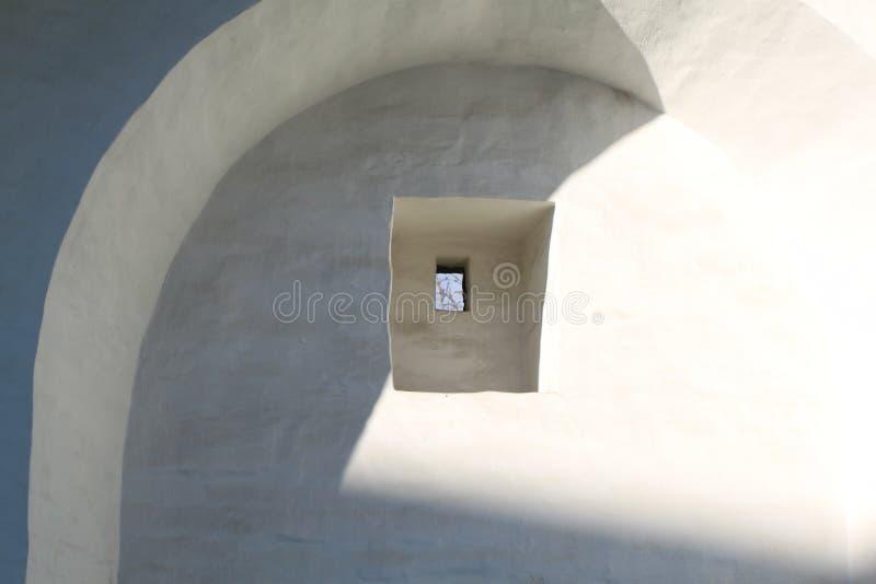 La finestra nella parete della fortezza fotografia stock libera da diritti