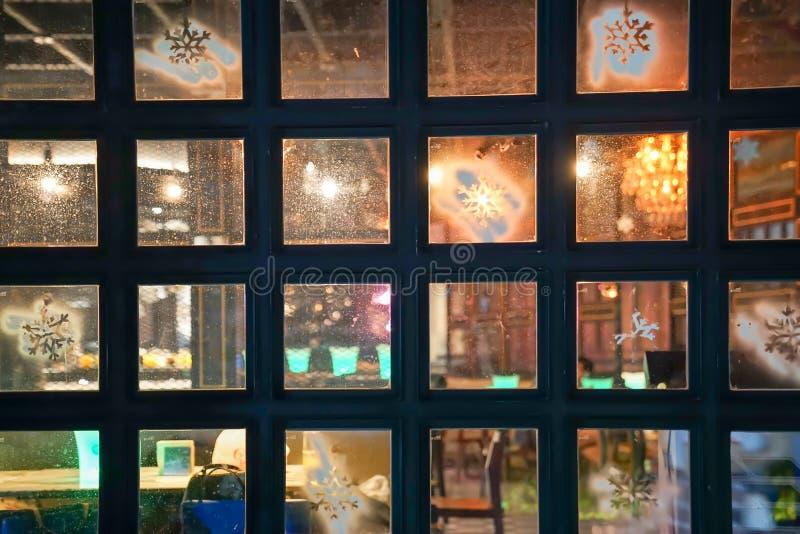 La finestra quadrata vede attraverso di fronte all'interno ed all'esterno del pub e della barra del club a Bangkok Tailandia fotografia stock libera da diritti