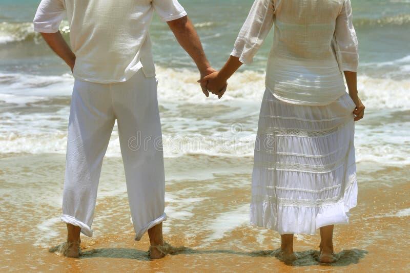La fixation de couples remet ensemble images stock