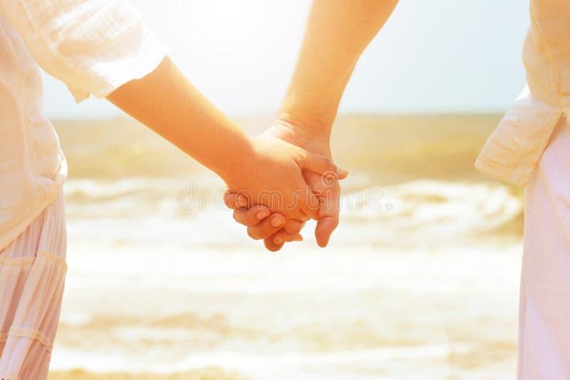 La fixation de couples remet ensemble photographie stock