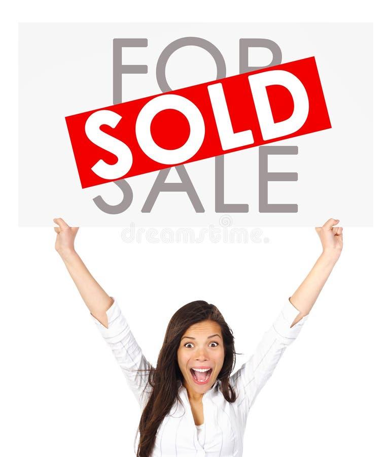La fixation de femme d'immeubles a vendu le signe images stock