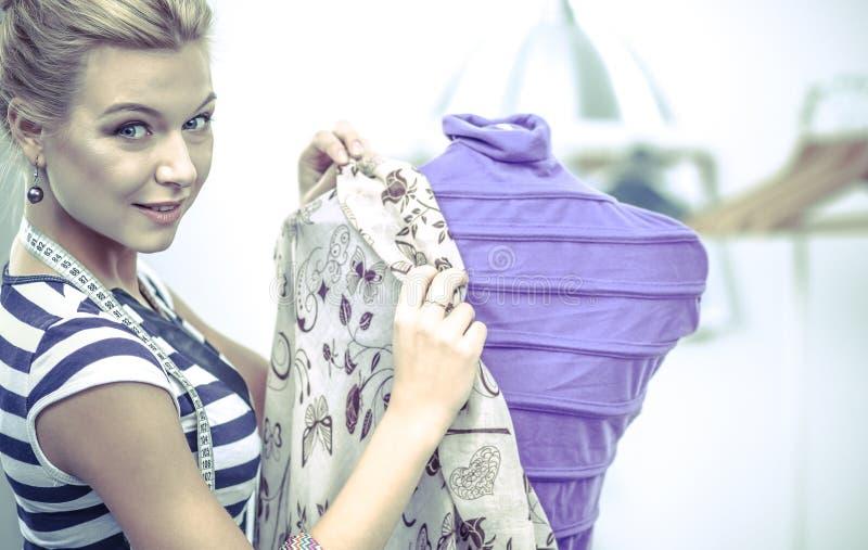 Download La Fixation De Sourire De Couturier S'habillent Sur Le Mannequin Dans Un Studio Image stock - Image du caucasien, heureux: 87701399