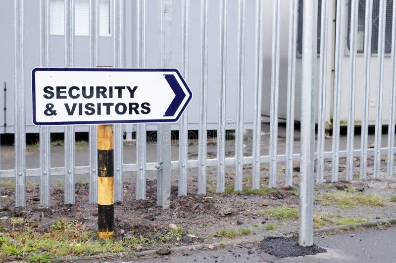 La flèche de sécurité et de direction de visiteurs signent à l'entrée des affaires d'usine de lieu de travail image stock
