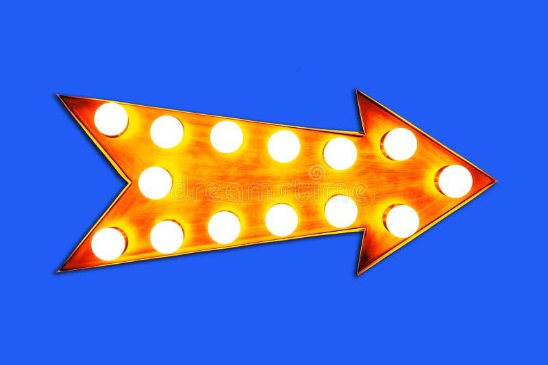 La flèche jaune-orange a formé le signal de direction métallique lumineux coloré d'affichage de vintage avec les ampoules rougeoy photo stock