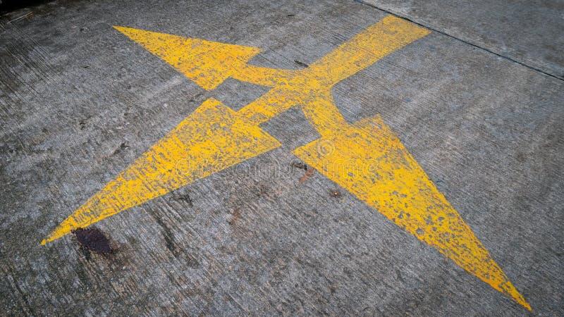 La flèche jaune se connecte la route photos libres de droits