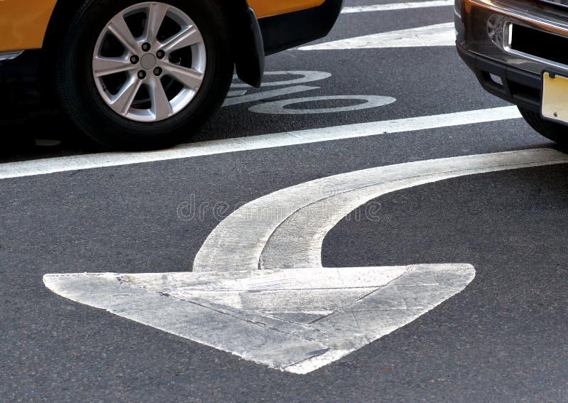 La flèche se connectent l'asphalte image stock