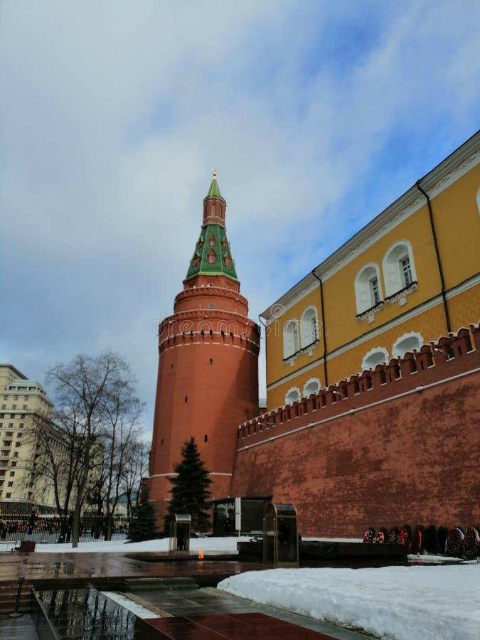 La flamme éternelle sur le fond des tours de Kremlin images libres de droits