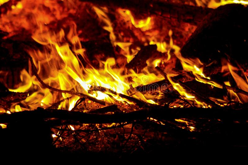 La flamme br?lante d'un feu de nuit photos libres de droits