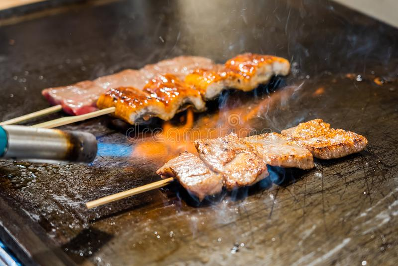 La flamme du feu grille la viande photo stock