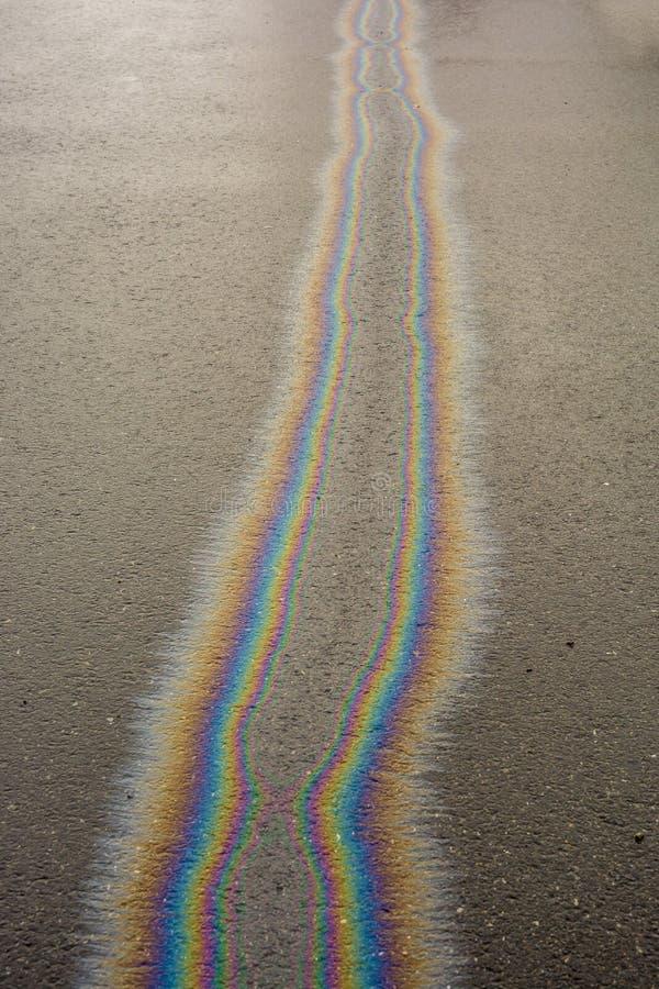 La flaque d'huile sur la route peut polluer des eaux souterraines photographie stock