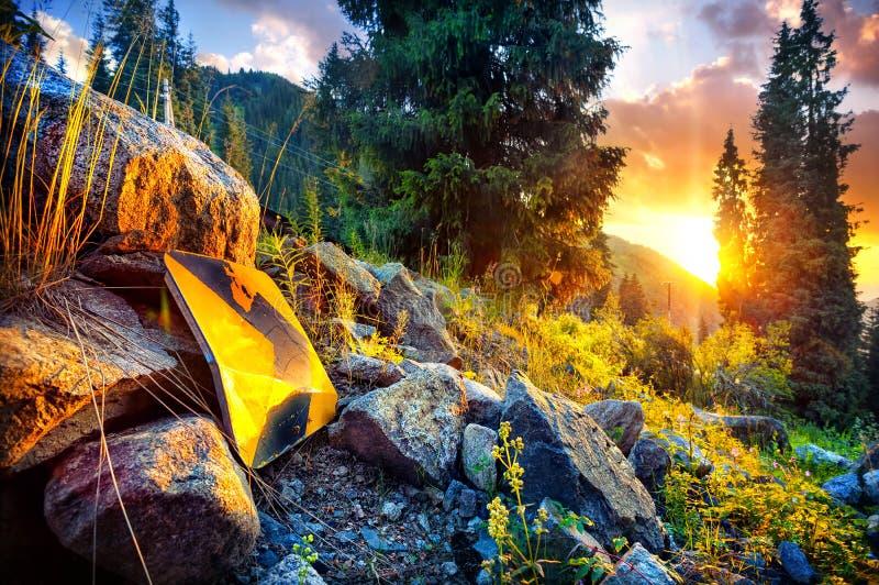 La flecha firma adentro las montañas fotos de archivo libres de regalías