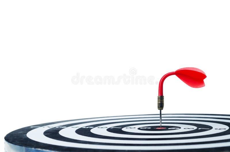 La flecha roja de doblez del dardo en el centro de la diana aislado en wh fotos de archivo