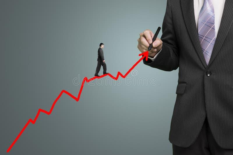 La flecha roja y otra del crecimiento del dibujo del hombre de negocios caminan en él, pasto imagen de archivo libre de regalías