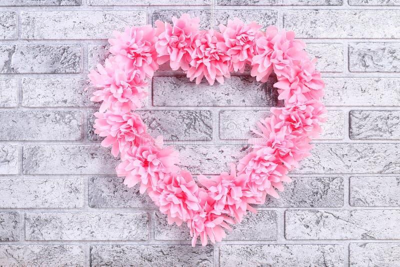 La fleur artificielle décorée par guirlande en forme de coeur a fait les serviettes roses de papier de soie de soie images libres de droits