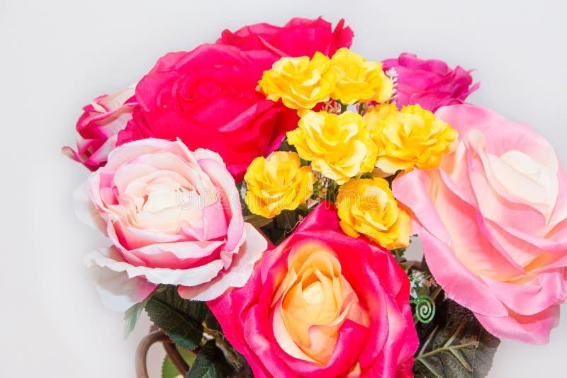 La fleur de faux de Rose et le fond floral, se sont levés des fleurs faites en tissu, le bouquet de fleurs de tissu, coloré de la photos libres de droits
