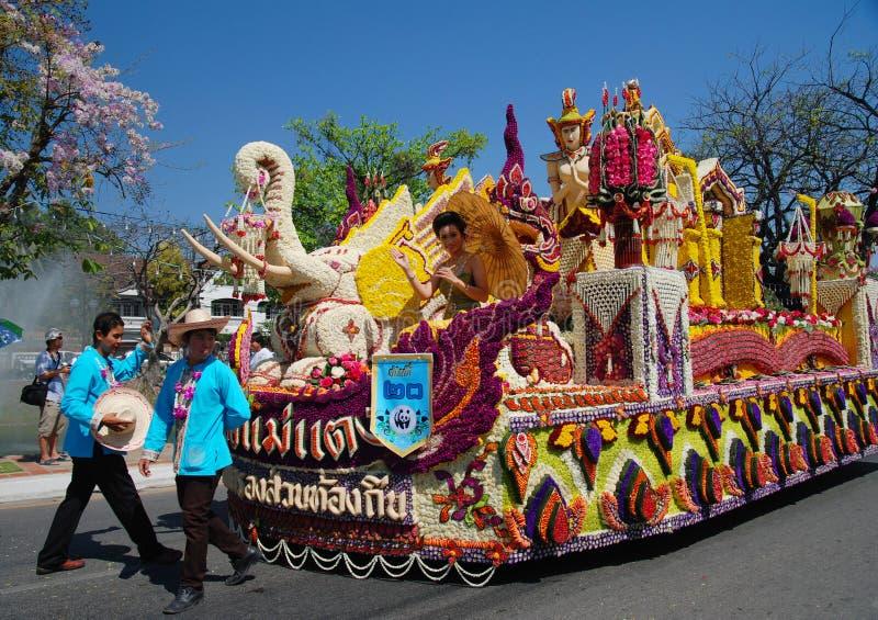 La flor adornó la plataforma en el 34to festival de la flor imagenes de archivo