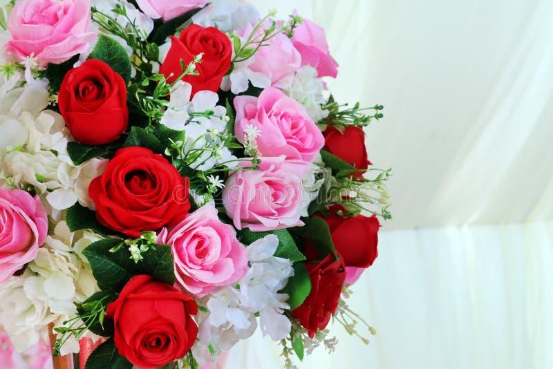 la flor color de rosa roja y rosada del boutique adorna en tela de la boda imagen de archivo