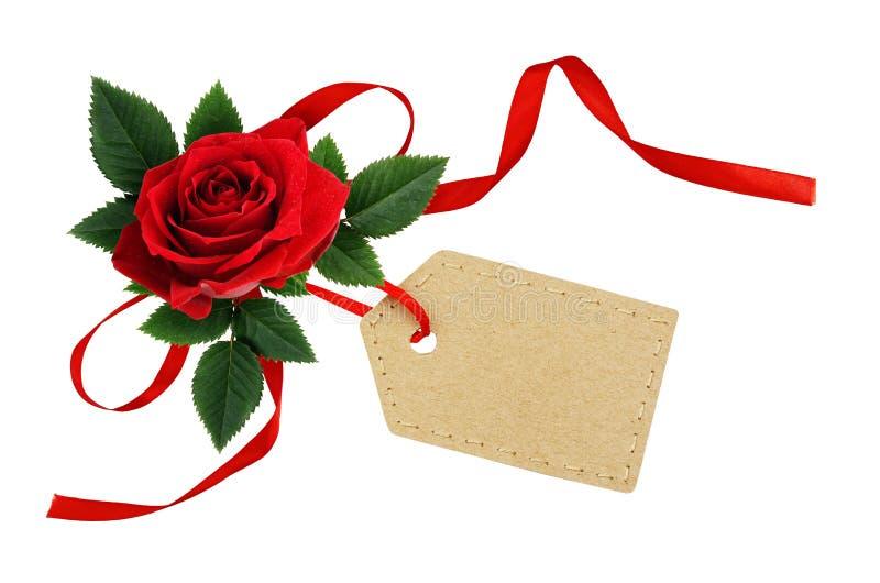 La flor de la rosa del rojo con el arco de seda de la cinta y el papel marcan con etiqueta imágenes de archivo libres de regalías