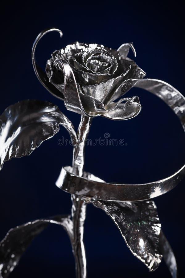 La flor de una rosa del color plateado hecha del metal fotografía de archivo