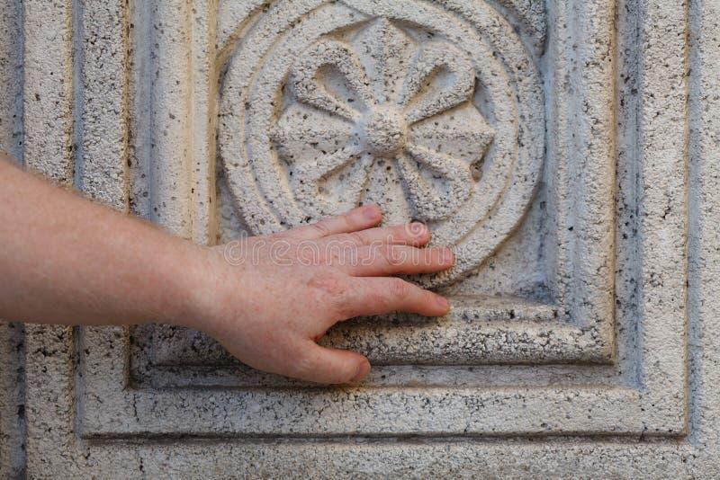 La flor decorativa antigua talló fuera de un bloque de piedra de mármol imagen de archivo