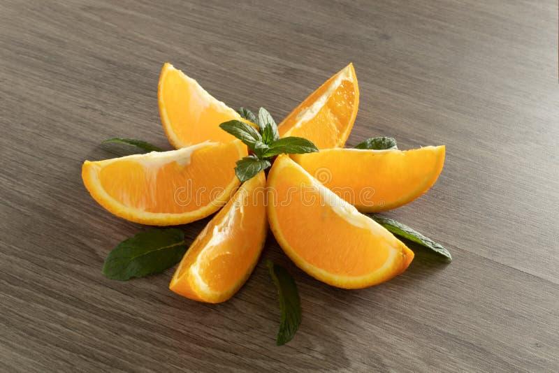 La flor se hace de anaranjado y acuña los clavos imagen de archivo